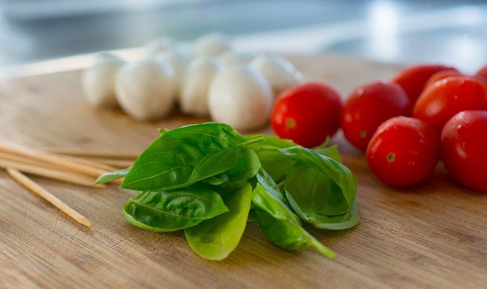 ensalada de tomates con mozzarella